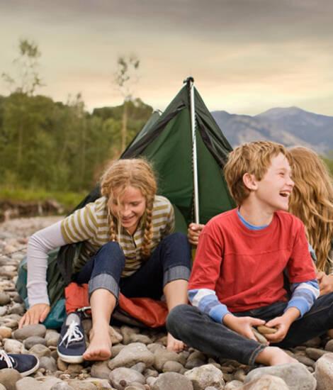 Obóz młodzieżowy - ognisko w lesie